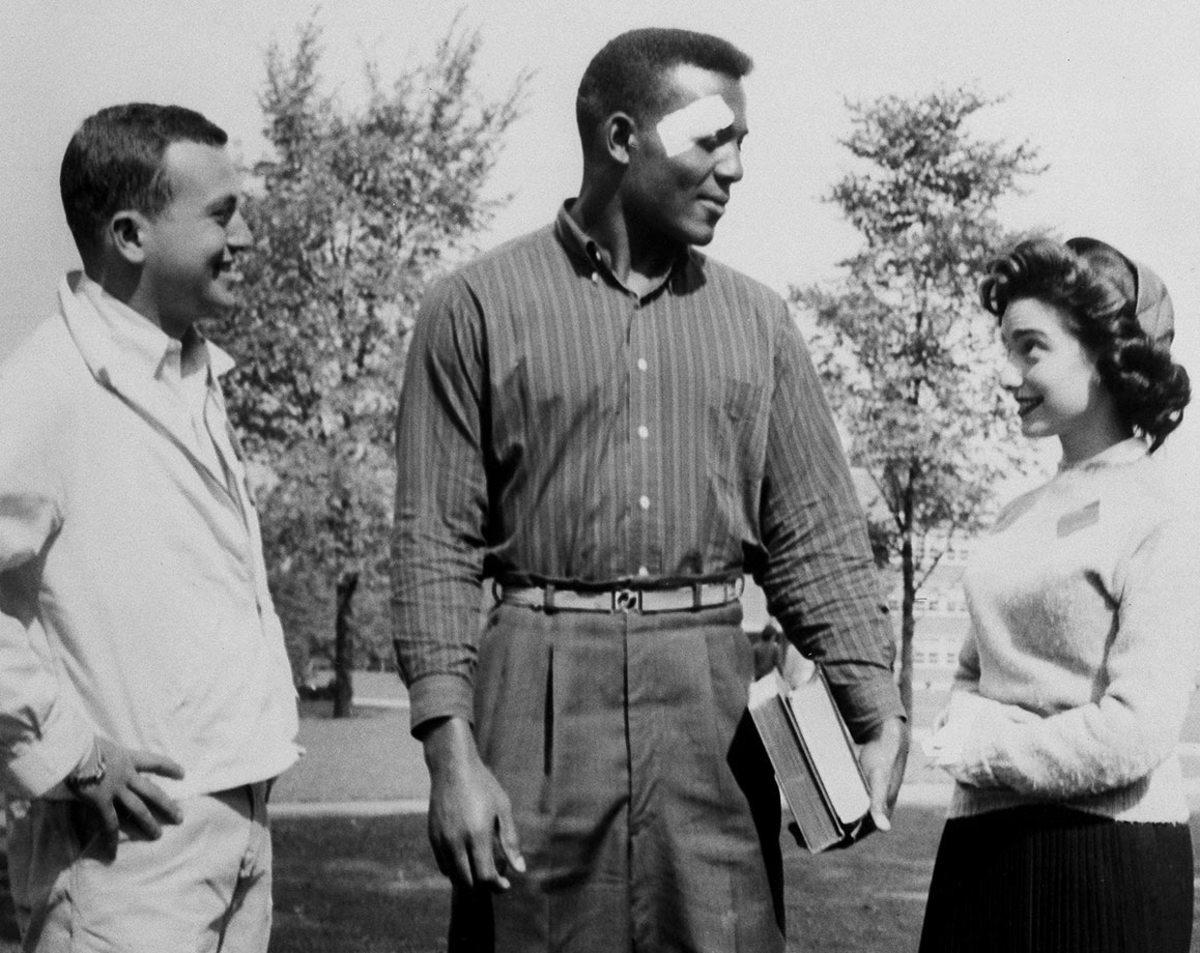1956-0925-Jim-Brown-Syracuse-students.jpg