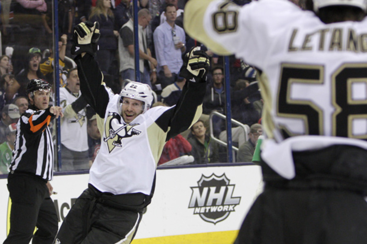 Lee Stempniak's first-ever playoff goal helped the Pens retake the series lead. (Jay LaPrete/AP)
