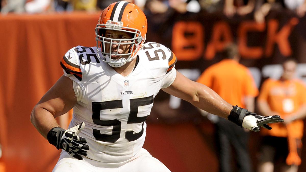 Browns' Alex Mack leaves game on cart