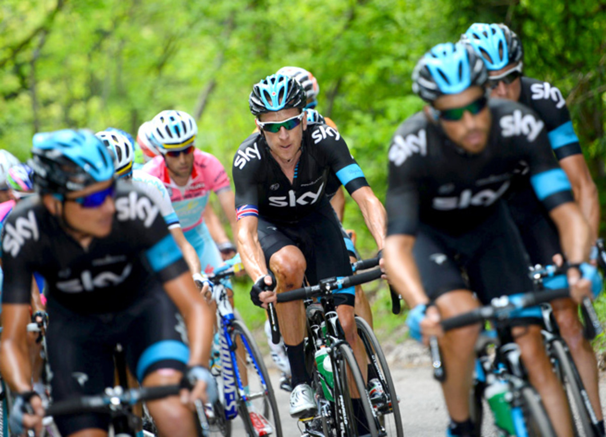 Tour de France champion Bradley Wiggins withdrew from the Giro d'Italia after suffering from health problems Thursday.