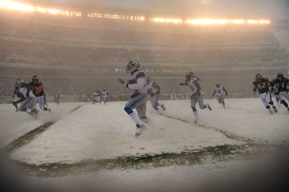 The Lions and Eagles battle each other and the elements in Philly in Week 14. (Al Tielemans)