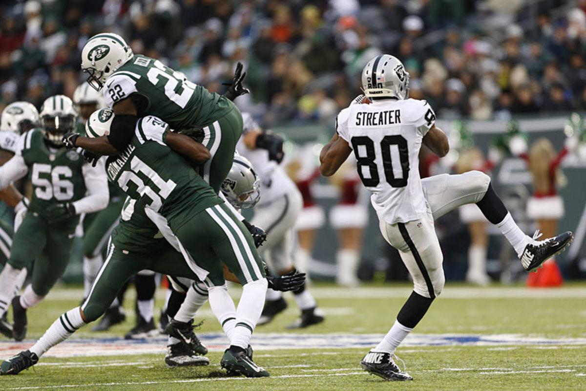Jets defenders, grabbing the wrong Raider in Week 14. (Guillermo Hernandez Martinez)