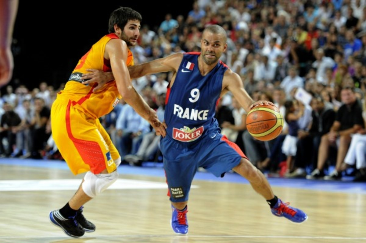 Tony Parker reinjured his knee in an Aug. 26 contest against Spain and will need an MRI. (AFP/Getty Images)