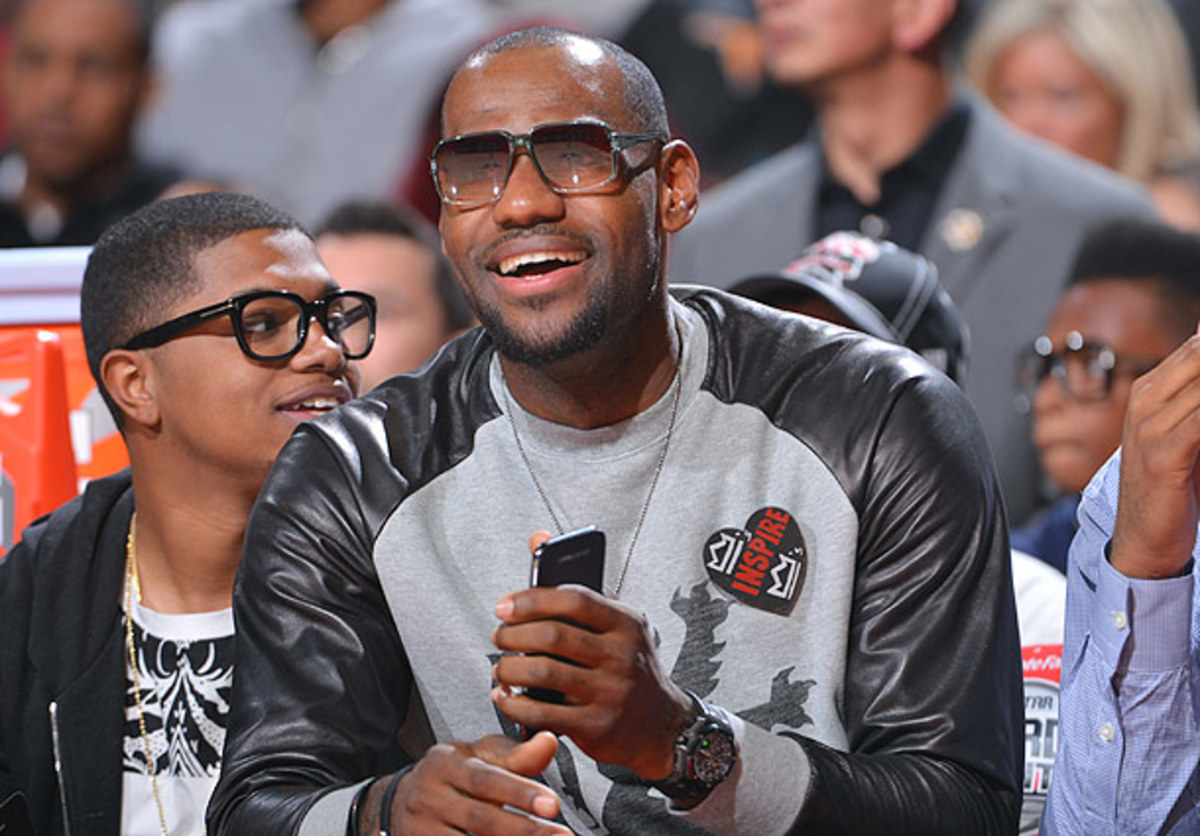 LeBron watches the NBA Slam Dunk Contest