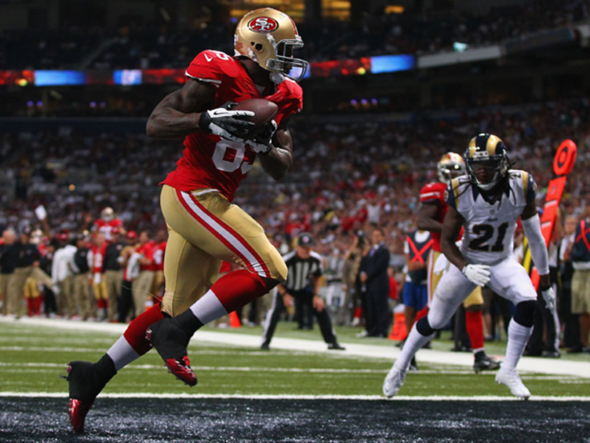 Vernon Davis hauled in a touchdown catch as part of San Francisco's 35-11 win Thursday. (Dilip Vishwanat/Getty Images)