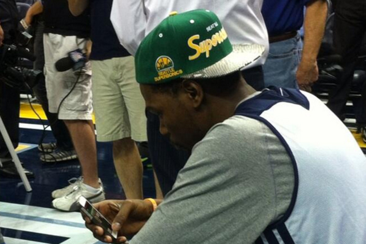 Kevin Durant wore a Sonics hat during the 2013 playoffs. (@DarnellMayberry)