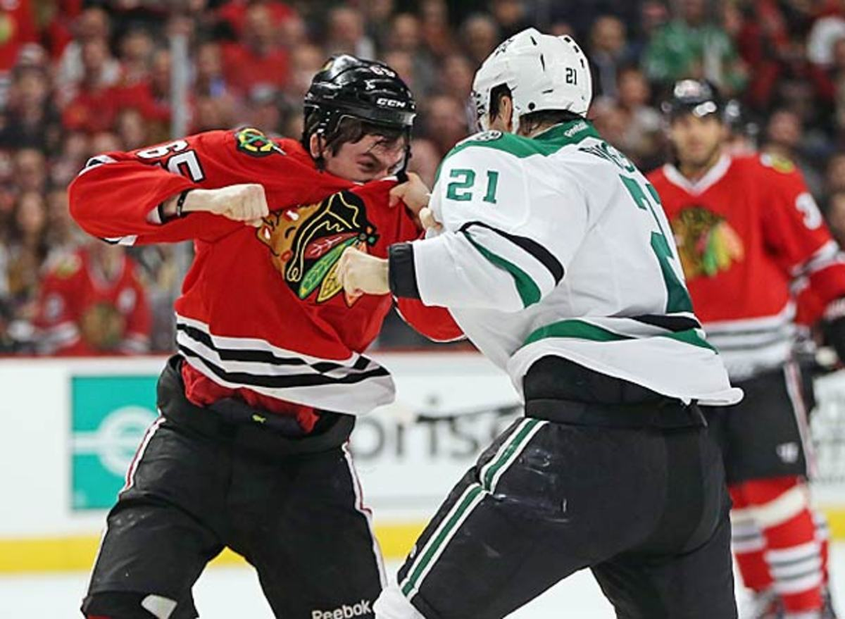 Andrew Shaw of the Chicago Blackhawks and Antoine Roussel of the Dallas Stars do not like each other.