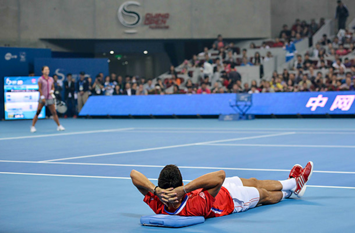 Djokovic takes a rest in his charity match against Li Na.