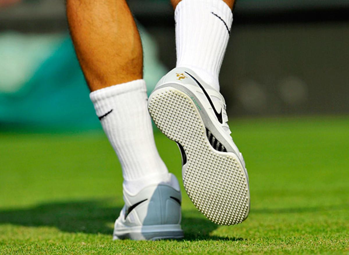 roger-federer-kicks