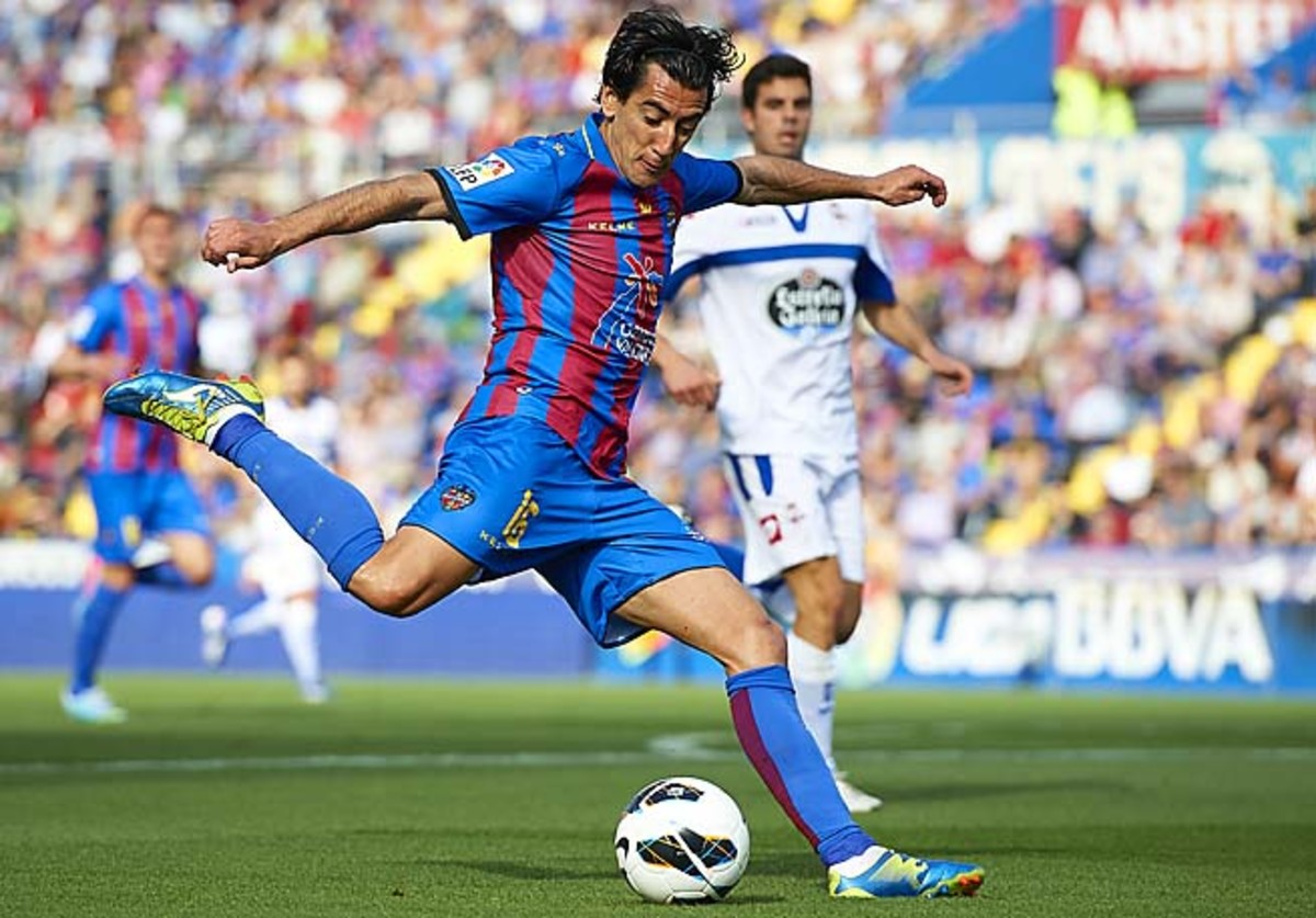 Pedro Rios of Levante lines up a shot against Deportivo on April 13.