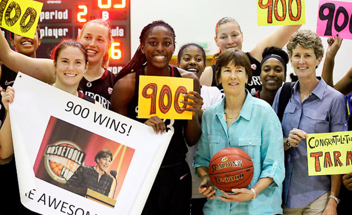 Tara Vanderveer became the fifth women's basketball coach to reach the 900-win plateau.