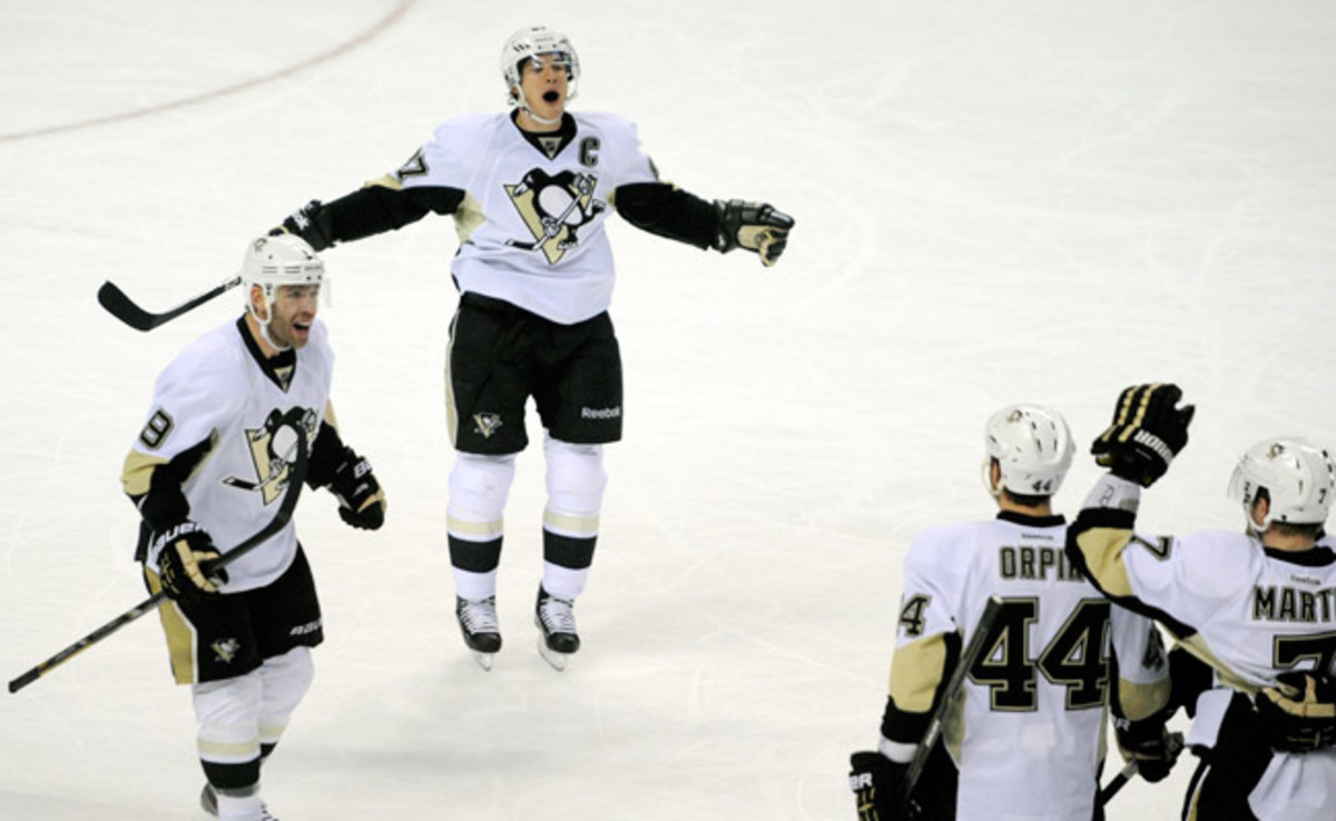 Sidney Crosby celebrates the Penguins' goal that broke a 3-3 tie against the Sabres with 2:04 left.