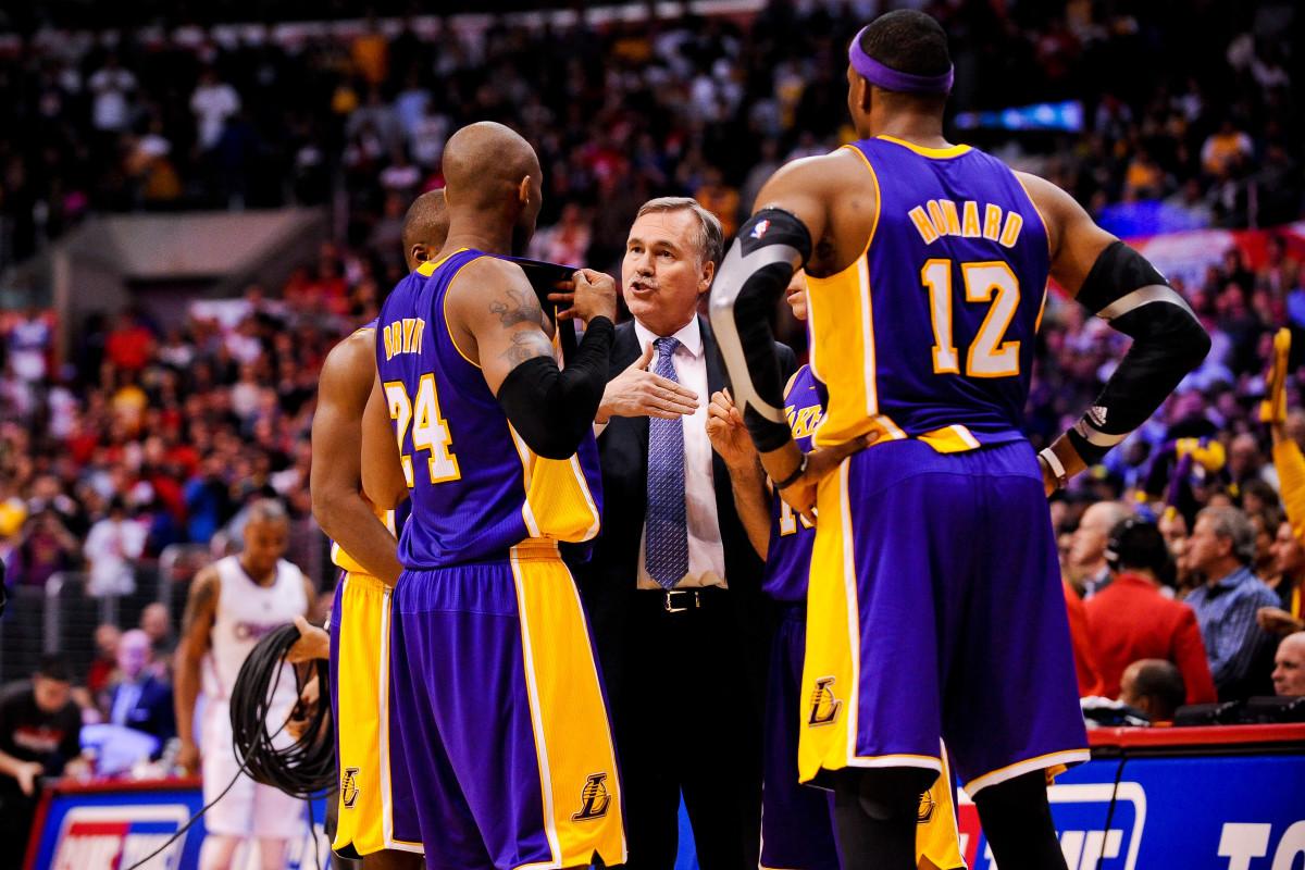 Mike D'Antoni, probably advising Kobe Bryant on a matter of defense. (Noah Graham/NBAE via Getty Images)