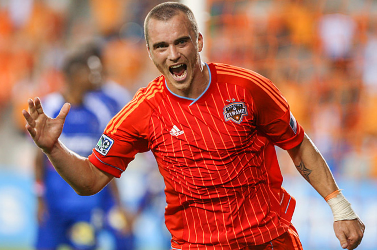 Weaver scored twice to help Houston take over the lead in Group 1 of the Champions League.