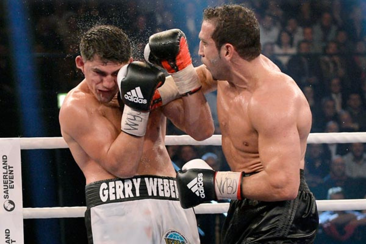 Marco Huck (left) still thinks that he defeated Firat Arslan when they fought in November. (AP)