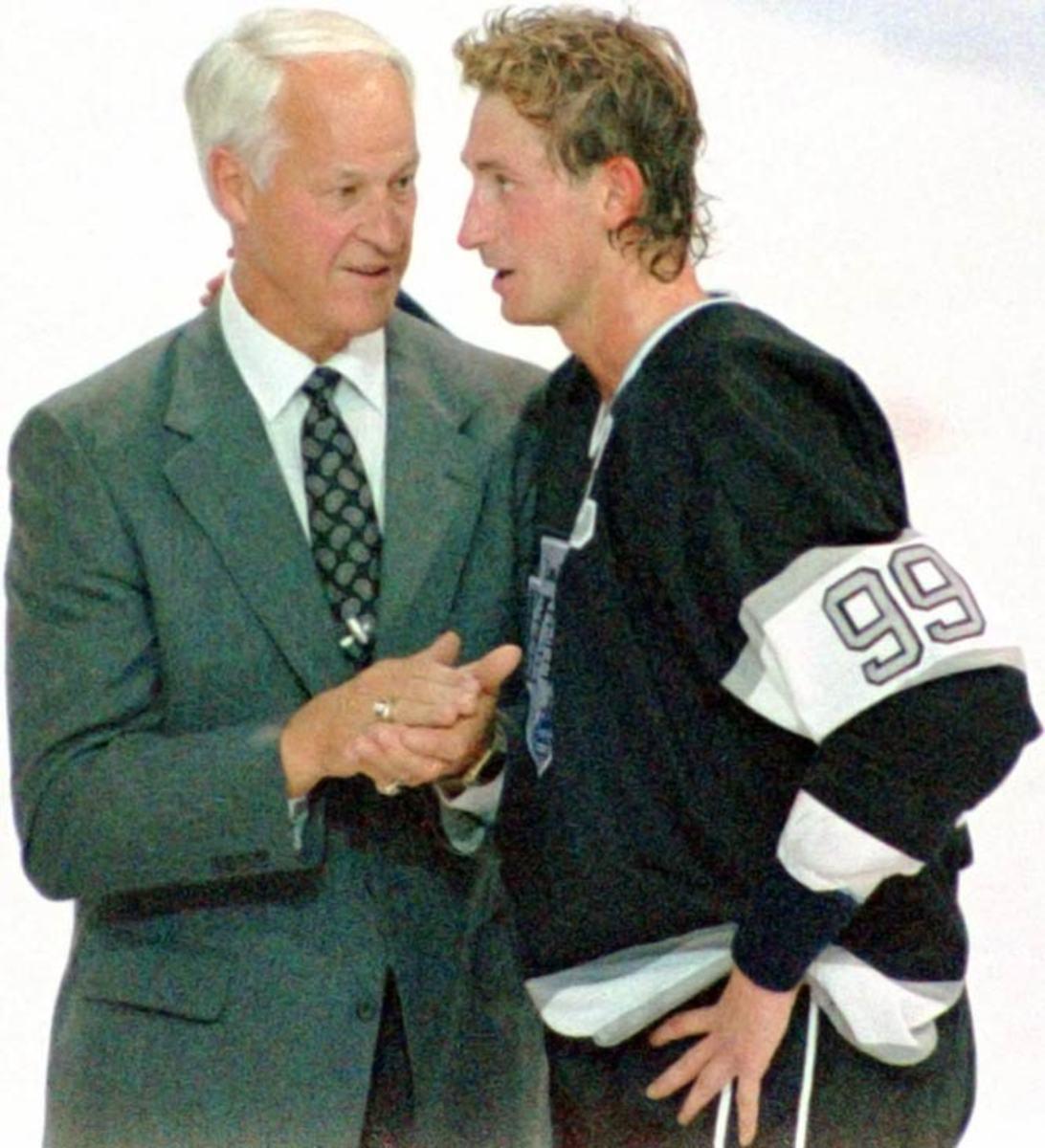Wayne Gretzky passes Gordie Howe