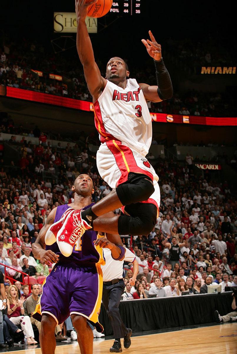 2006-1225-Dwyane-Wade-Kobe-Bryant.jpg