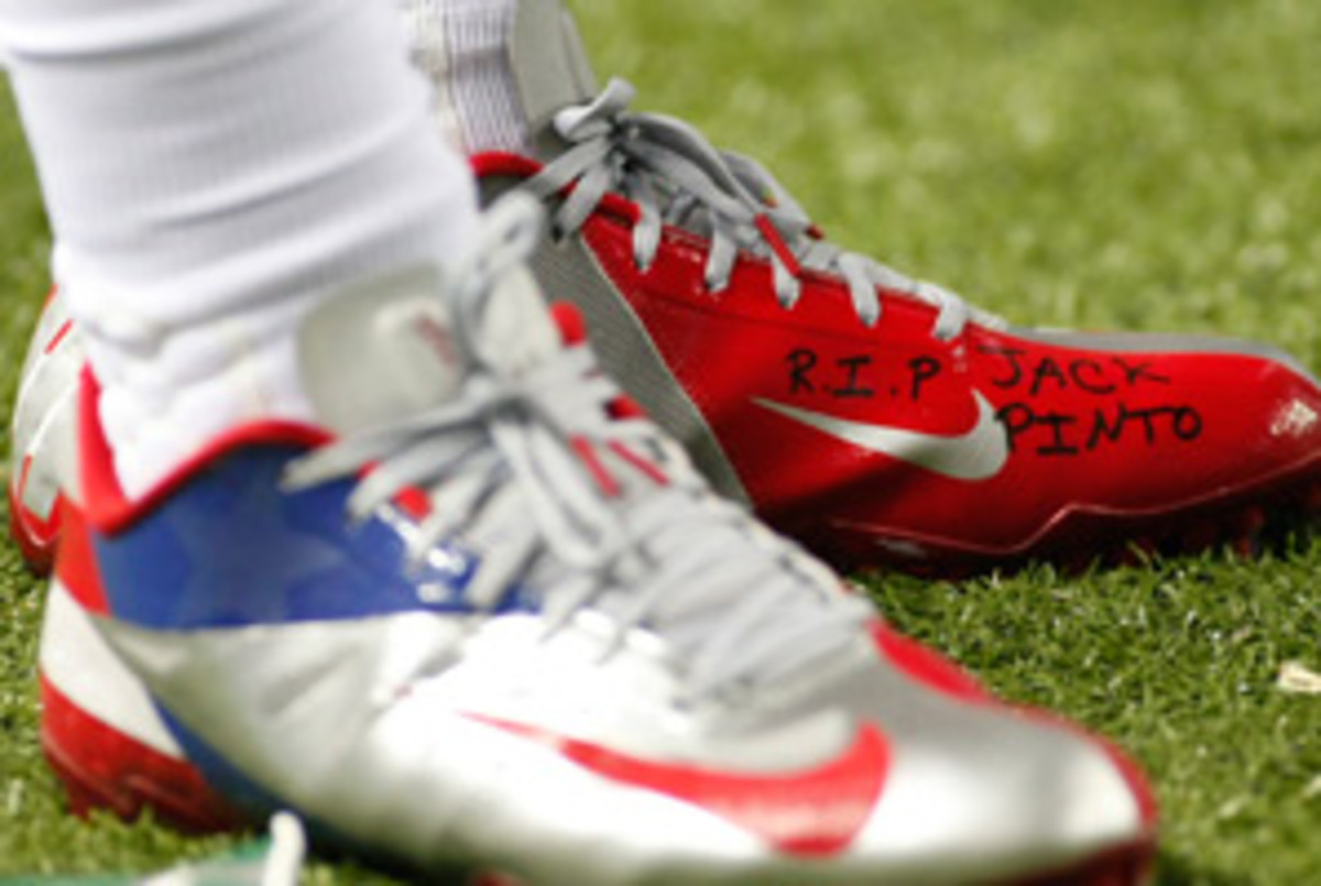 Victor Cruz wore Jack Pinto's name on his shoes during Sunday's game.