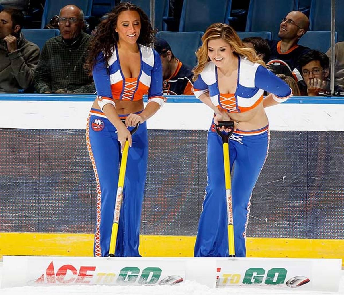 islanders-ice-girls-107197426_10.jpg