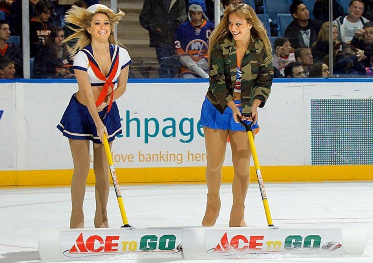 islanders-ice-girls-107077048_10.jpg