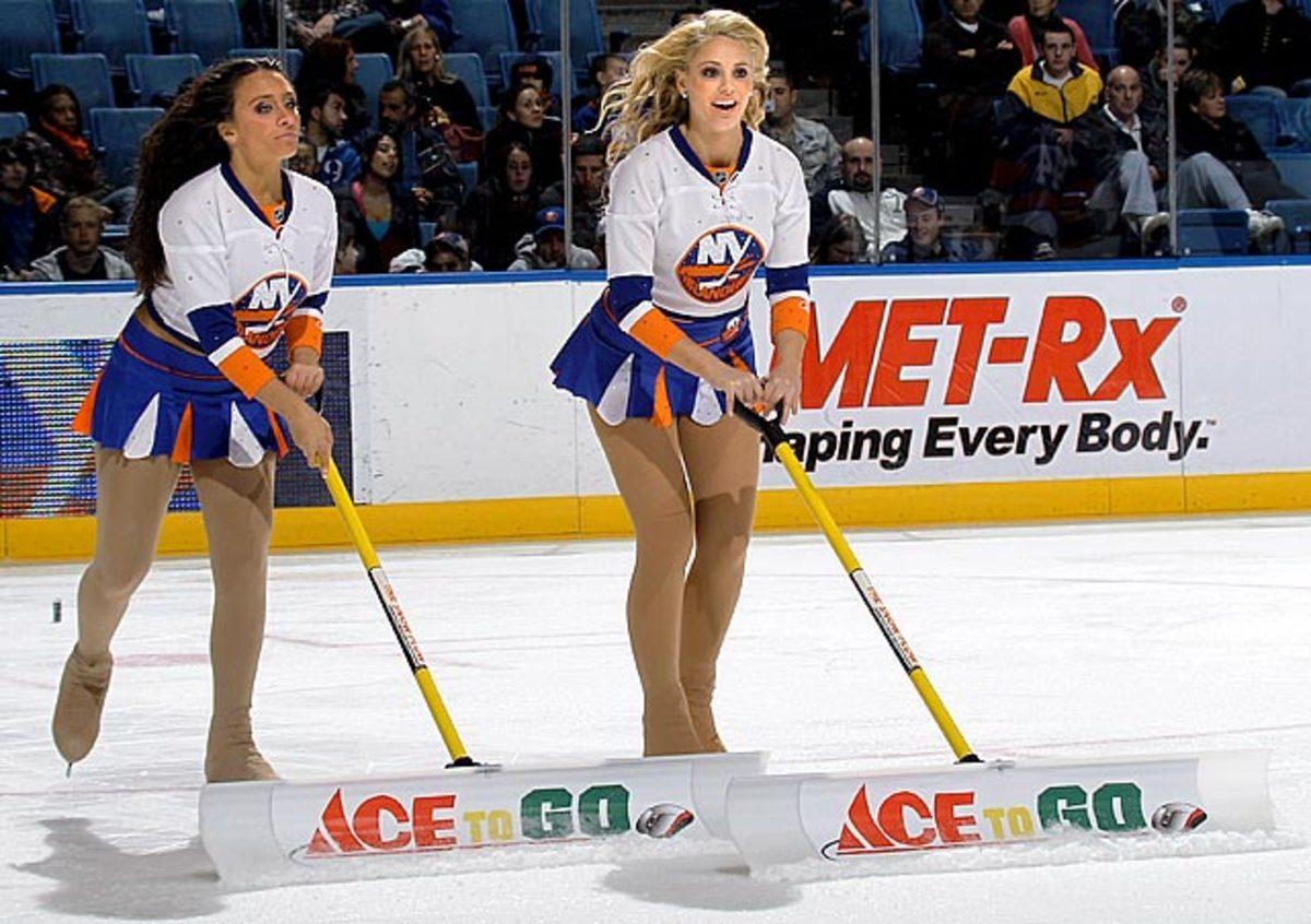 islanders-ice-girls-107162050_10.jpg