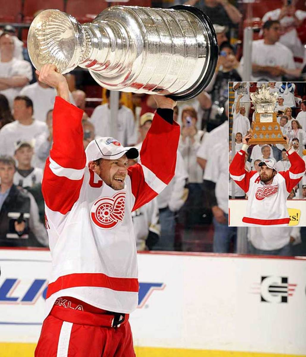 Nicklas Lidstrom hoists the Cup