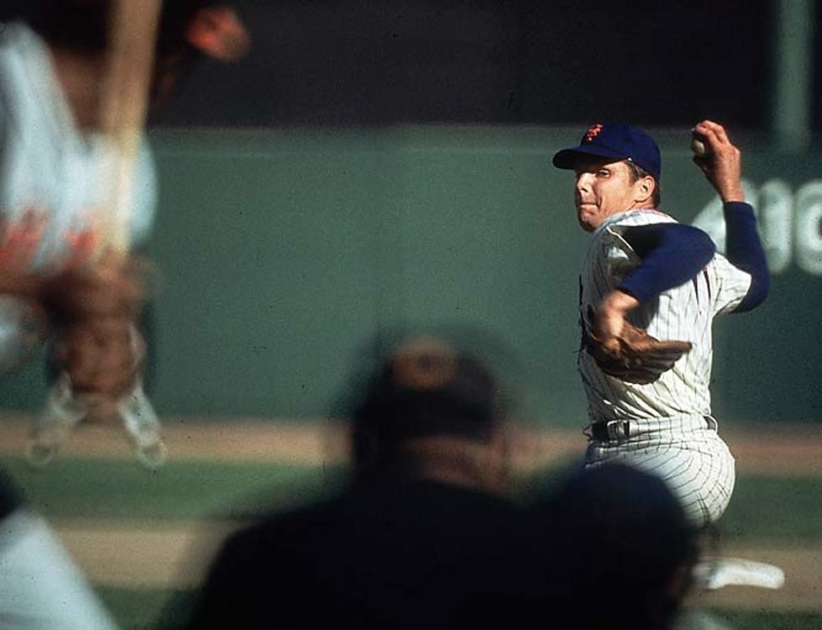 Tom Seaver pitching