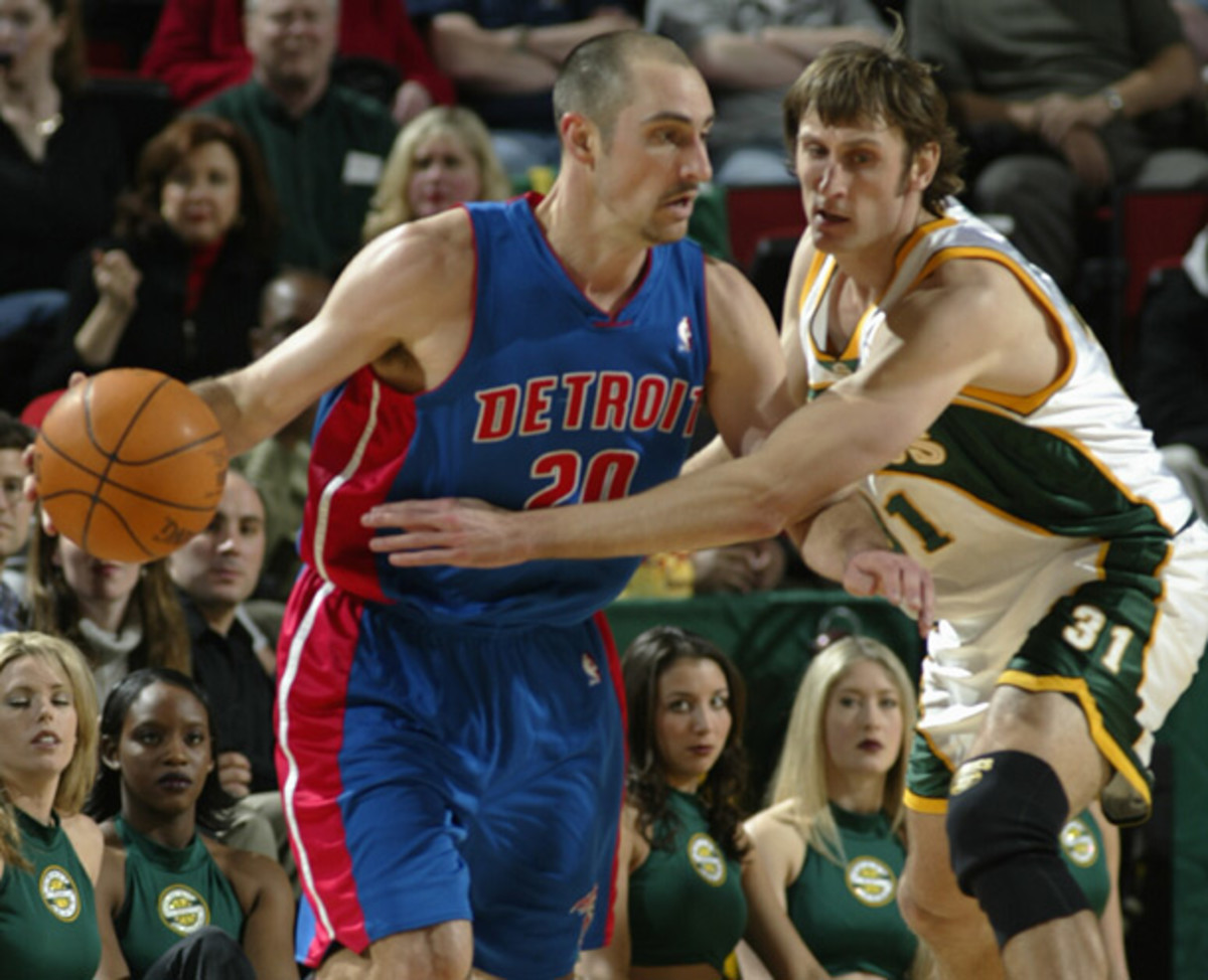 Brent Barry defends his brother, Jon, during a 2003 Pistons-Sonics game. Not pictured is Drew, who played three NBA seasons. (eff Reinking/NBAE/Getty Images)