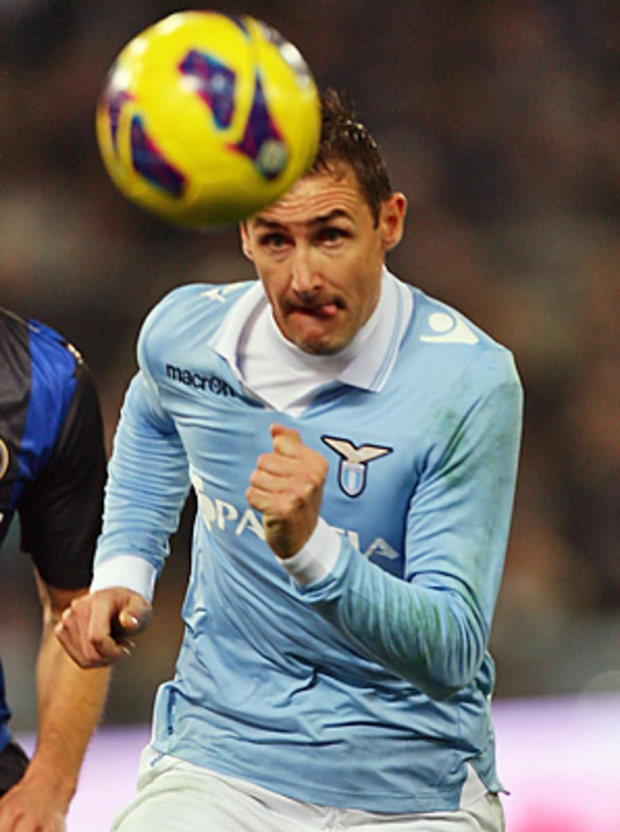 Miroslav Klose's late goal extended Lazio's winning streak.