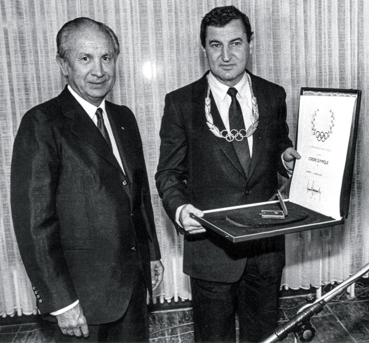 Horst Dassler (right) receives the Olympic Order from IOC president Juan Antonio Samaranch (left)in 1984. (Riethausen/picture alliance/Getty Images)
