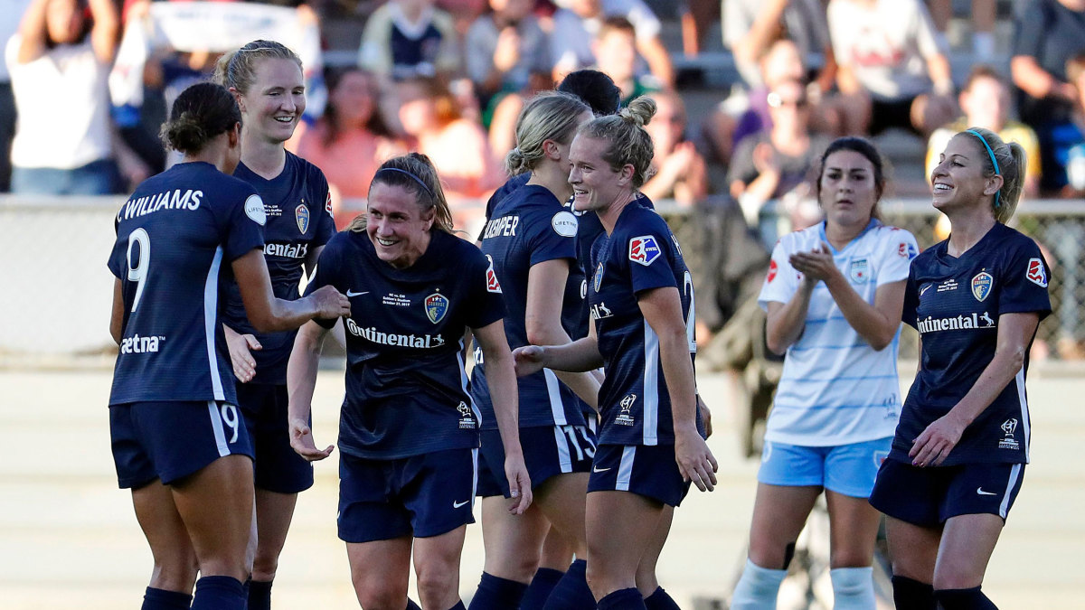 North Carolina Courage's Heather O'Reilly (17), center, leaves the filed during the second half of the NWSL championship game against the Chicago Red Stars in Cary, N.C.