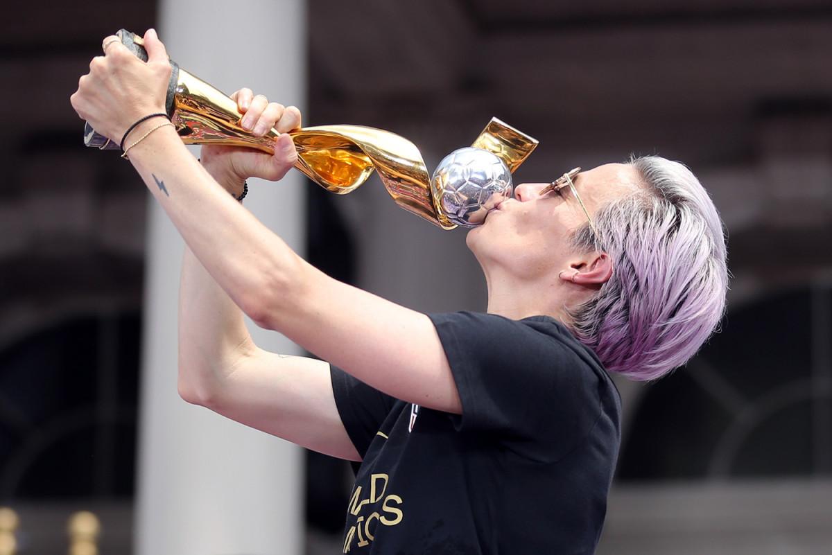 megan-rapinoe-trophy-kiss