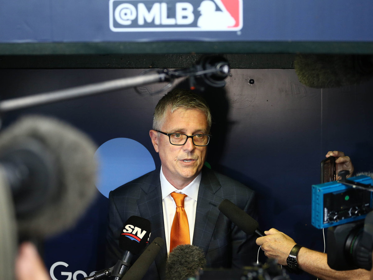 jeff-luhnow-dugout
