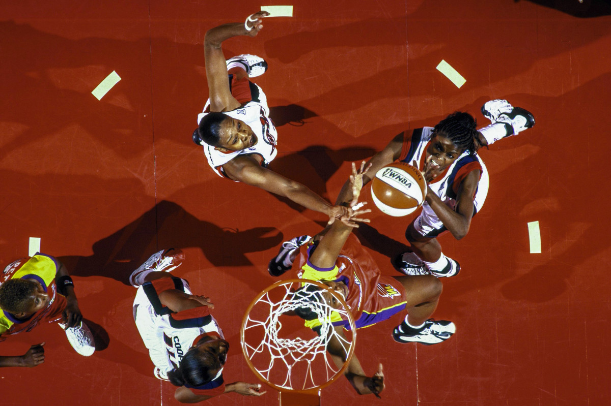 An aerial shot of Sheryl Swoopes shooting the ball