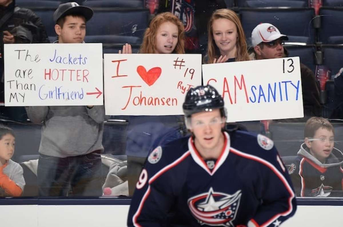 10 fan signs in NHL arenas that made us laugh - TheHockeyNews