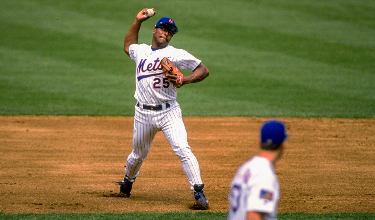 Bobby Bonilla making a throw from the infield while playing for the Mets