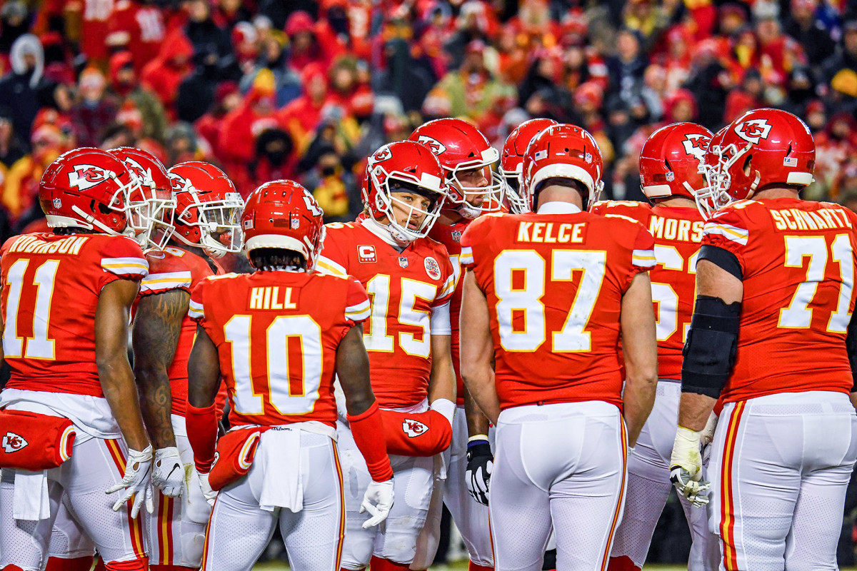 Patrick Mahomes leads a Chiefs huddle