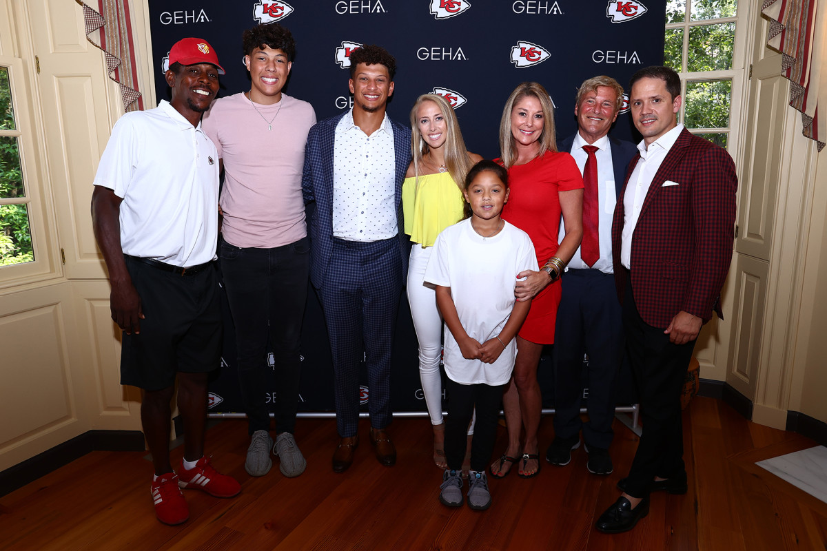Patrick Mahomes with his family and agent after signing record contract