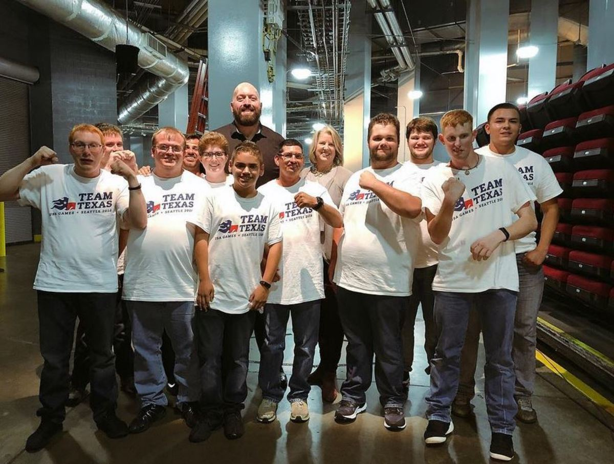 """WWE's Paul """"Big Show"""" Wight poses with Special Olympics athletes"""