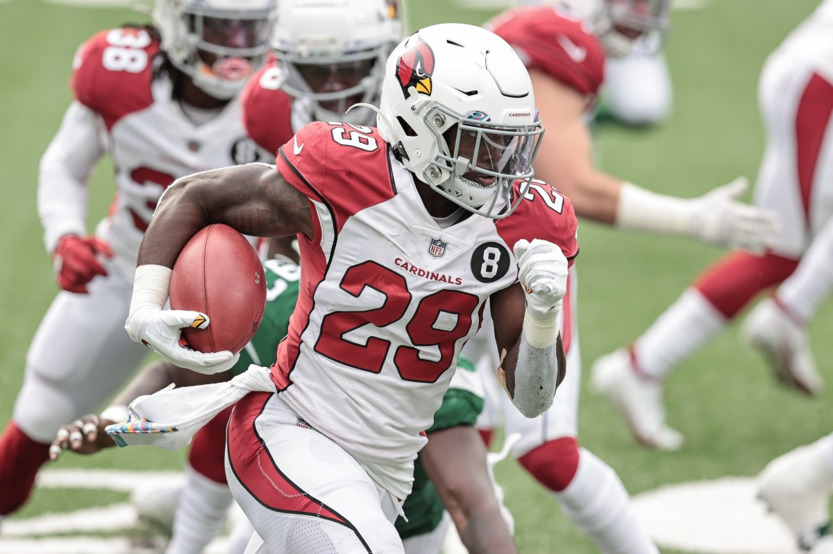 Arizona Cardinals running back Chase Edmonds (29) carries the ball against the New York Jets during the second half at MetLife Stadium.