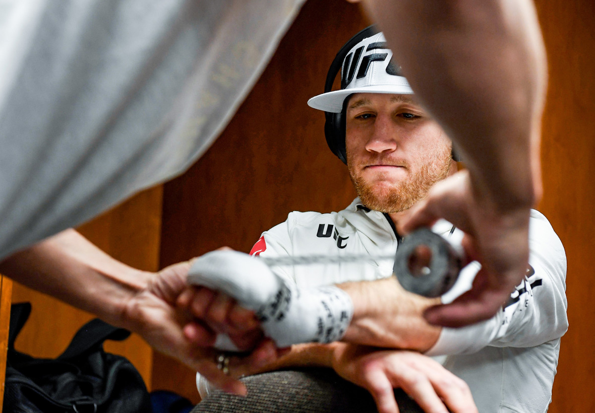 justin-gaethje-wrapping-hands