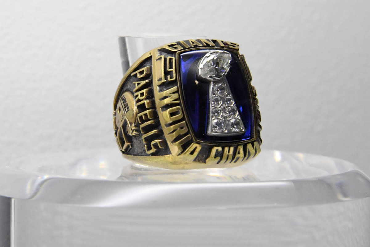 The Super Bowl XXI ring to commemorate the Giants' 39–20 victory over the Broncos at the Rose Bowl.
