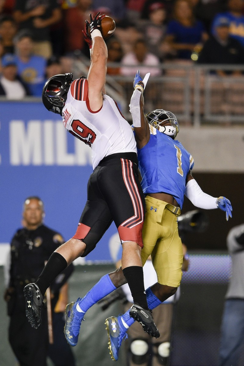Oct 26, 2018; Pasadena, CA, USA; Utah Utes tight end Cole Fotheringham (89) catches a touchdown pass while UCLA Bruins defensive back Darnay Holmes (1) defends during the first half at Rose Bowl.