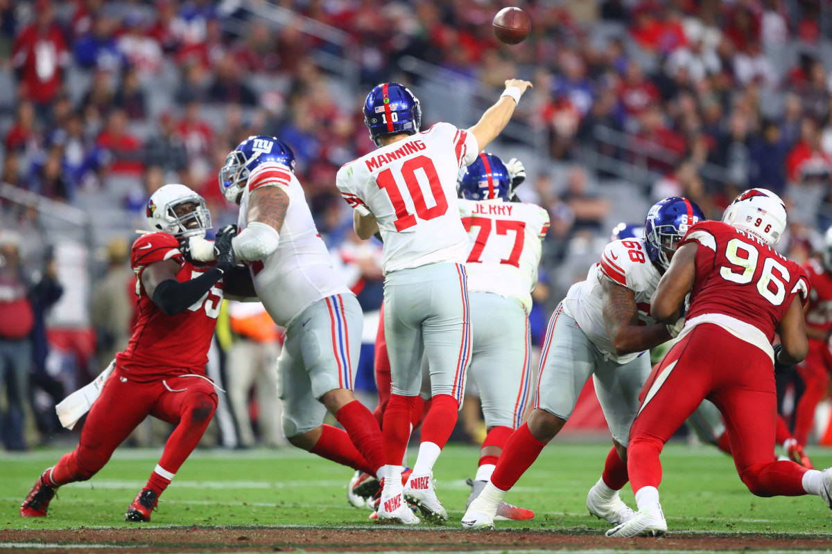 Giants quarterback Eli Manning (10) lobs a pass against the Cardinals in a 2017 game at University of Phoenix Stadium.