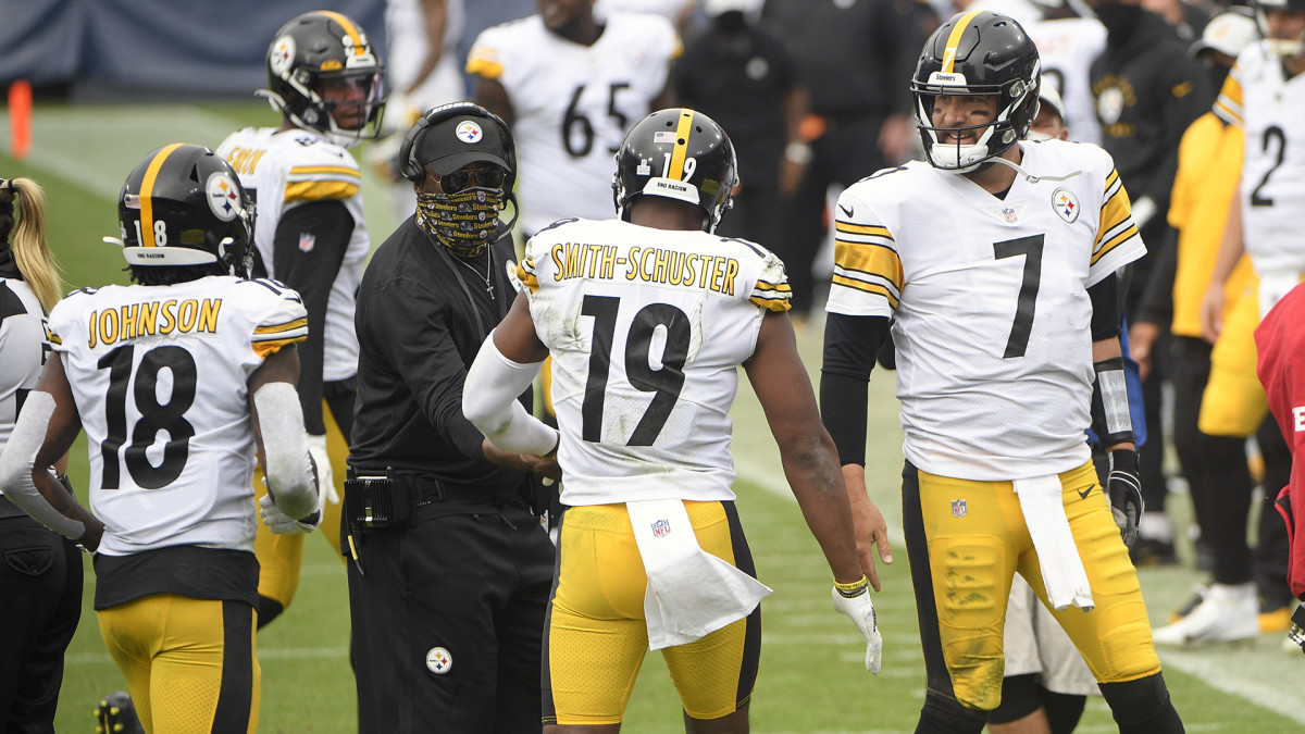 Mike Tomlin on the sideline with Ben Roethlisberger, Dionte Johnson and JuJu Smith-Schuster