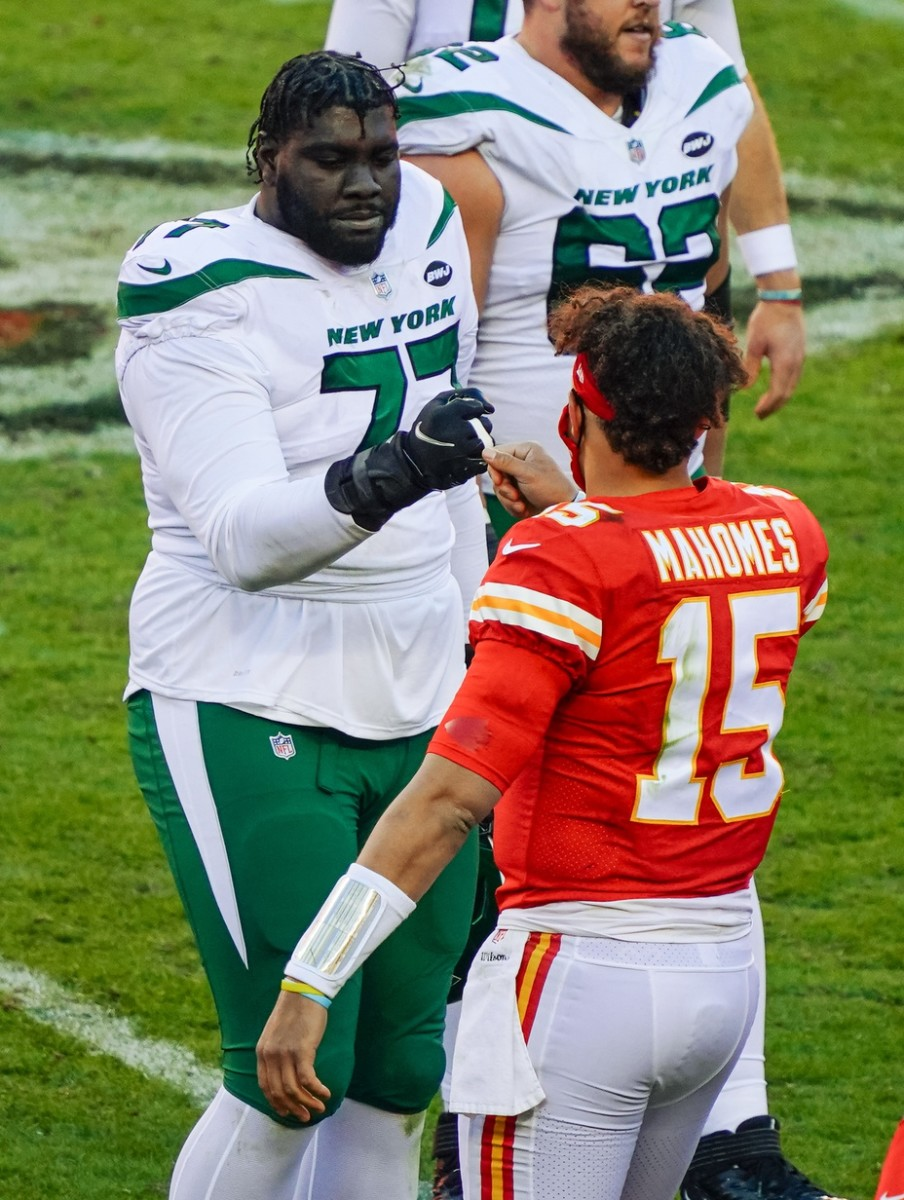 Mekhi Becton meets Patrick Mahomes after Jets-Chiefs game