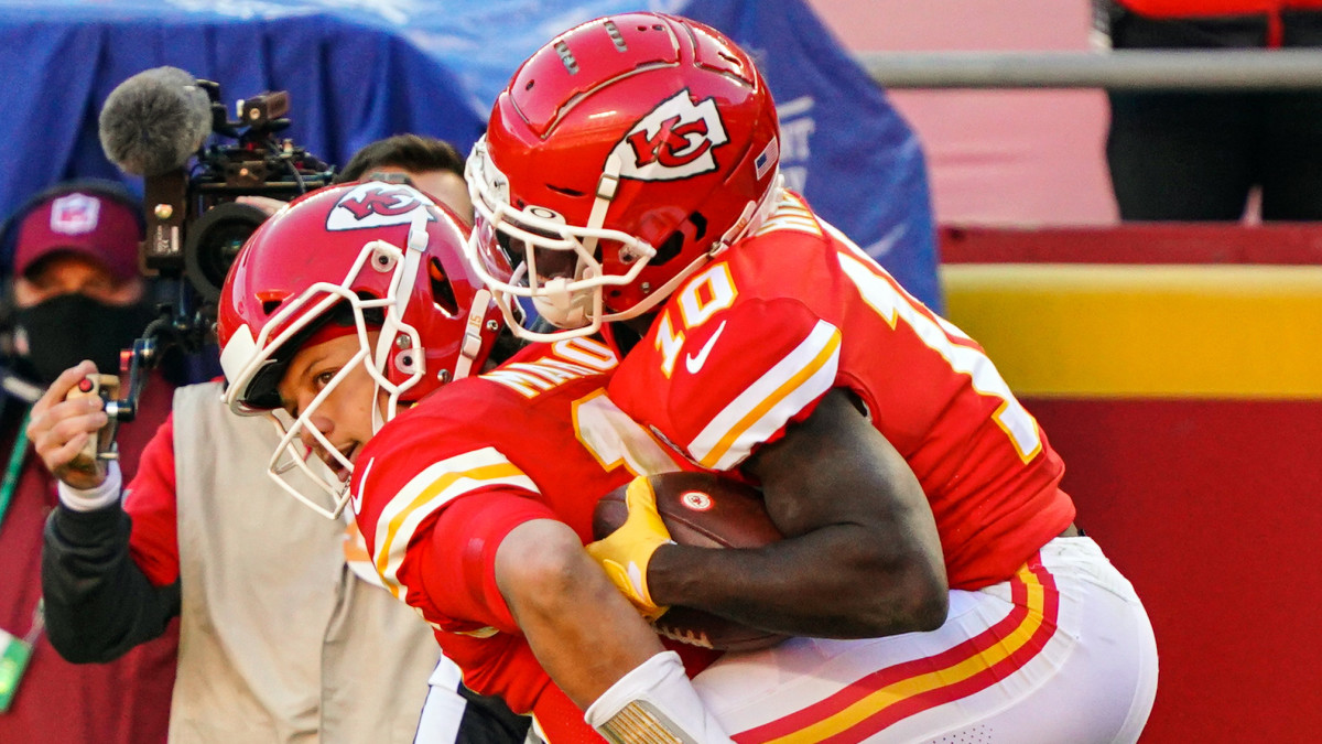 Chiefs WR Tyreek Hill jumps on the back of Patrick Mahomes