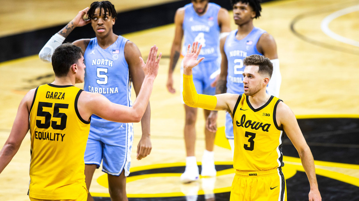 Iowa's Jordan Bohannon high fives Luka Garza
