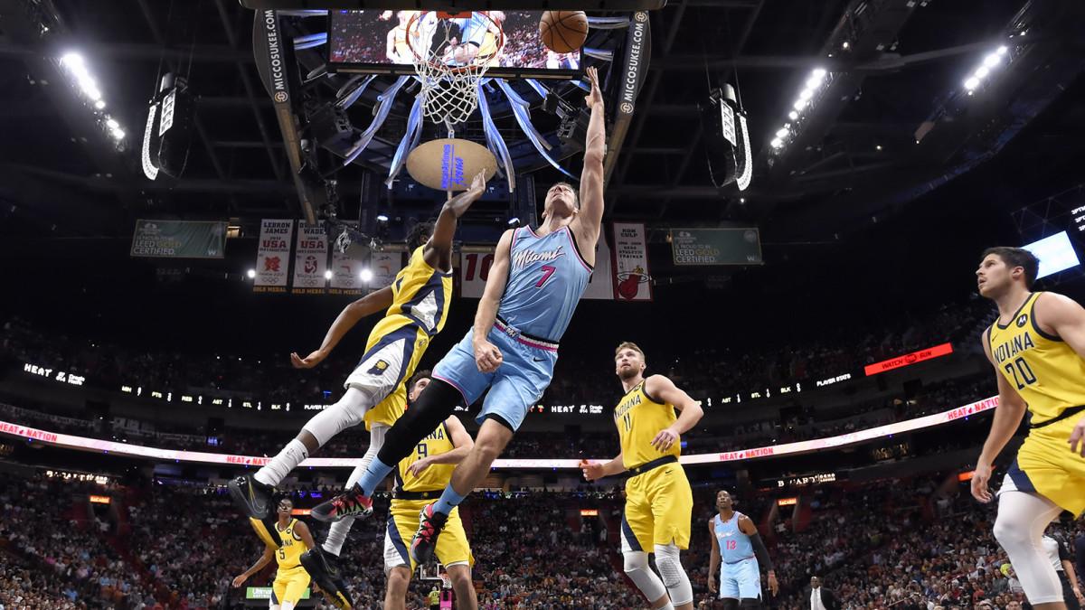 Goran Dragic lays it in