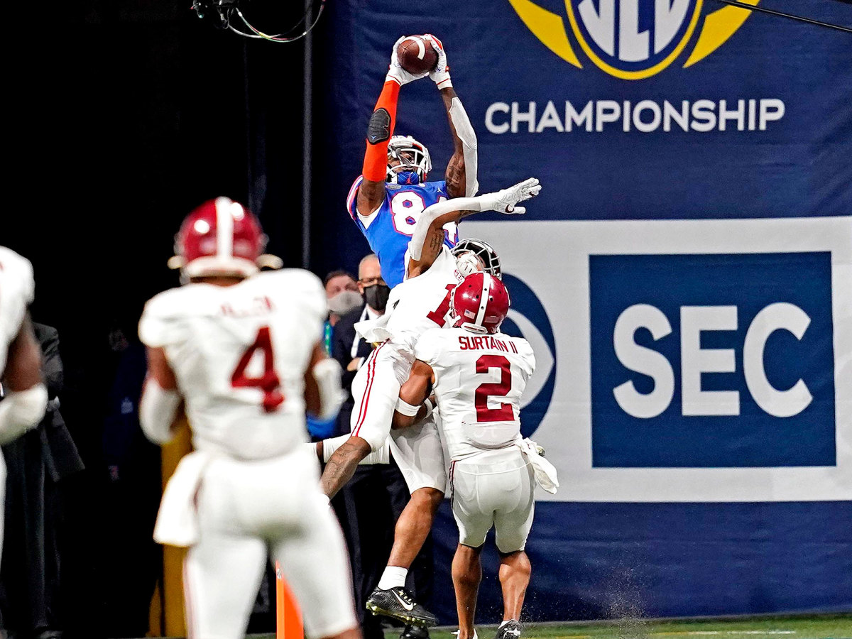 Florida TE Kyle Pitts makes a leaping touchdown grab over two Alabama defenders.